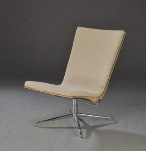 Loungechair, lænestol på drejestel af krom - Dk, Herlev, Dynamovej - Loungechair / lænestol med skal af fineret nøddetræ, betrukket med lyst uld. Monteret på forkromet stel med firpasfod; drejefunktion. Lette brugsspor. - Dk, Herlev, Dynamovej