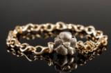 Ole Lynggaard. Armbånd af 14 kt guld med blomsterlås af 18 kt guld (2)