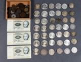 Pengekasser med mønter og sedler