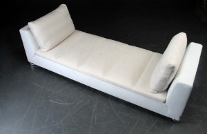 didier gomez f r ligne roset daybed aus wei em leder. Black Bedroom Furniture Sets. Home Design Ideas