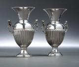 Et par små italienske vaser af sølv med hanke (2)