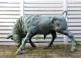 Skulptur af patineret bronze i form af stående tyr. 1900 tallet
