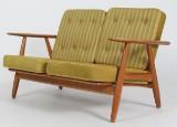 Hans J. Wegner. To-pers. sofa i egetræ 'Cigaren', model GE-240