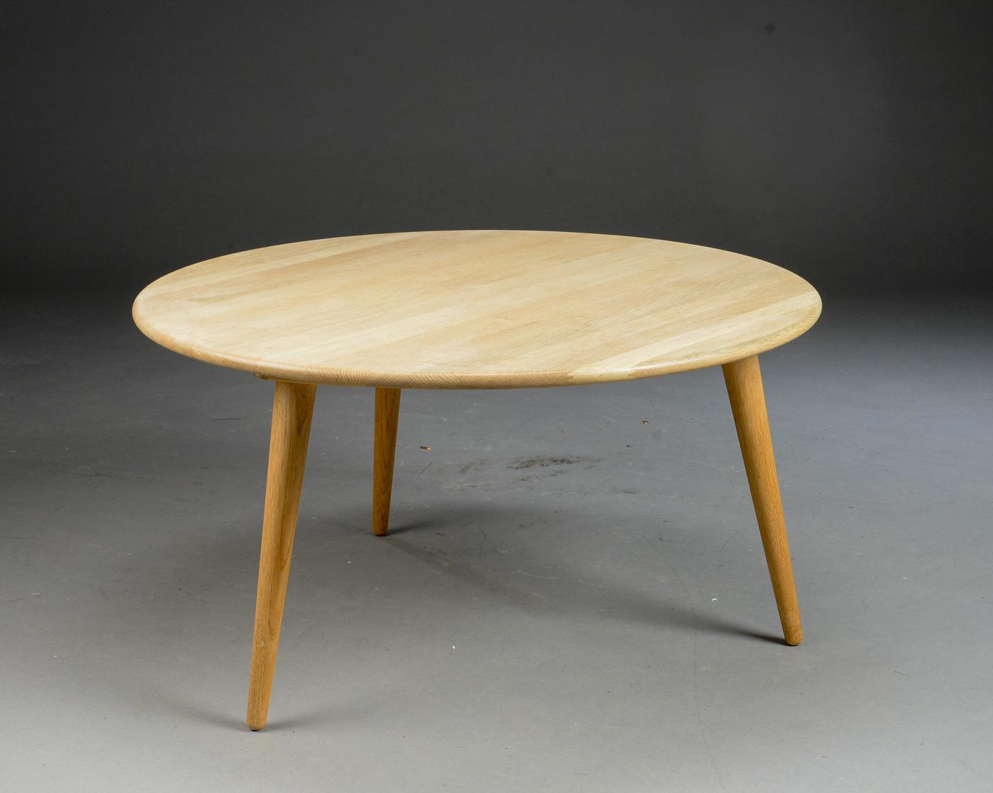 Auktionstipset - Hans J. Wegner. Rundt sofabord af egetræ, på runde ...