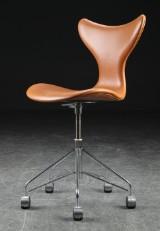 Arne Jacobsen. Office chair, 'the Seagull', model 3118, cognac-coloured leather