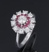 Brillant- og rubinring af 18 kt. hvidguld, diamanter i alt ca. 1.00 ct