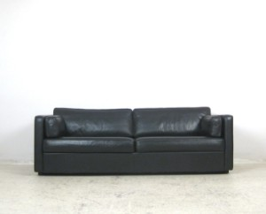 lot 4134120 klassisches lounge sofa in schwarzem leder. Black Bedroom Furniture Sets. Home Design Ideas