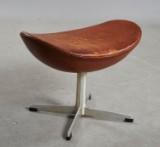 Arne Jacobsen. Skammel til Ægget model 3127 1960erne, originalt betrukket.