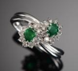 Smaragd- og brillantring af 18 kt hvidguld