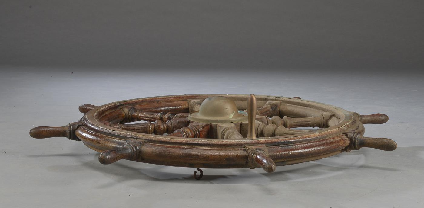 Skibsrat af egetræ - Skibsrat af egetræ, monteret med messing krans samt 8 drejede knager. Ø 120 cm. Brugsspor og isat kroge til ophæng
