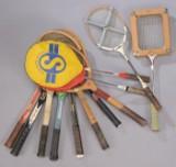 En samling ældre tennis- og badminton ketsjere. (13)