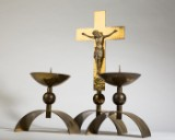 Kruzifix und Leuchterpaar, Messing/Metall (3)