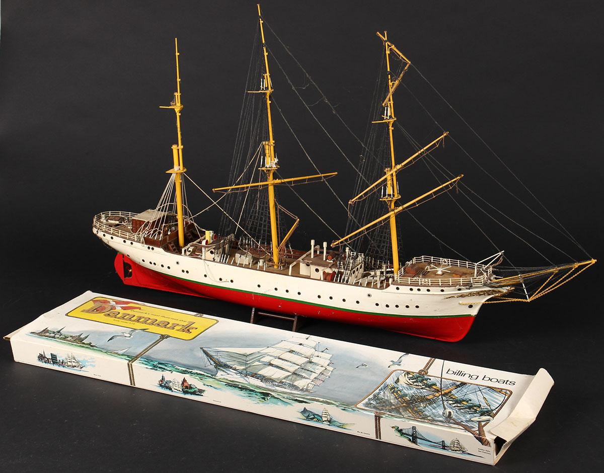 Modelskib, skoleskibet Danmark - Modelskib af skoleskibet Danmark af delvist bemalet træ. Rig fremstår ufærdig, dele medfølger. L. 102 cm. Fremstår med slitage