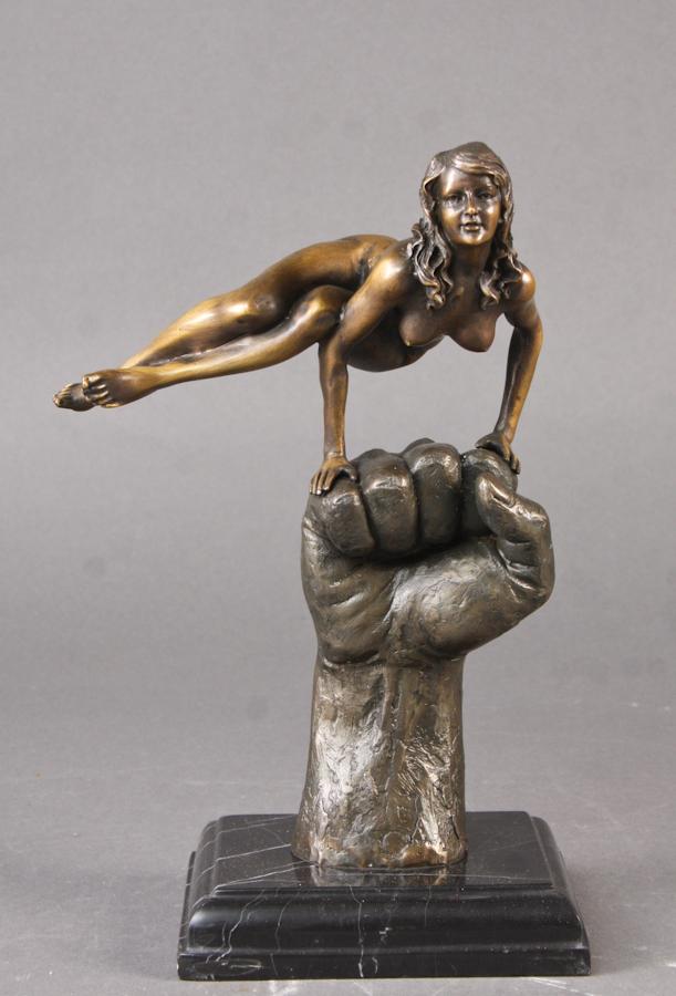 Erotisk bronzefigur - Erotisk bronzefigur iform af kvinde på hånd i erotisk positur, monteret på marmorsokkel. Sign. Juno. Plakette med påskrift: Bronze garanti Paris, J.B. deposée. H. 31,5 cm