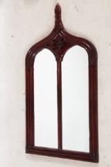 Spiegel mit Rahmen in Spitzbogenform