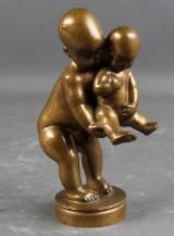 Kai Nielsen. 'Et uskyldigt ærinde'. Figur af patineret bronze
