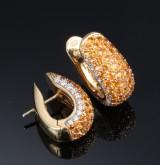 Diamanjoia. Et par brillant- og hessonit ørestikker af 18 kt. guld