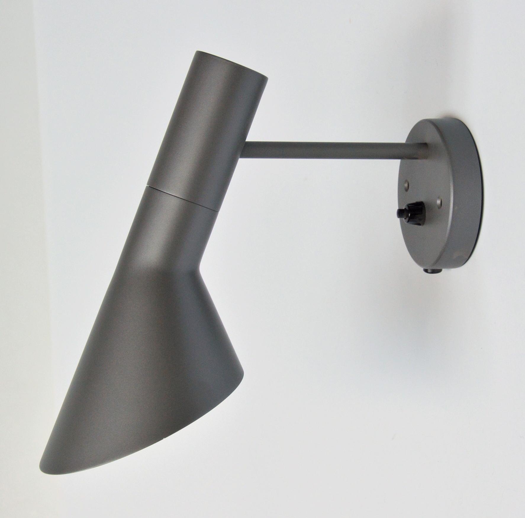 Arne Jacobsen. Væglampe, model AJ-væg - Arne Jacobsen (1902-1971). Væglampe af lakeret metal. Formgivet i 1957. Fremstillet hos Louis Poulsen, model AJ-væg. Skærmlængde 25 cm. Fremstår med minimale brugsspor. Nummerbevis medfølger