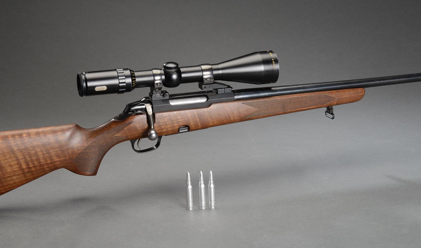 Jagtriffel TIKKA Model M590 i kaliber .308 Winchester med Tasco Titan 3-12x52 sigtekikkert - Jagtriffel TIKKA Model M590 i kaliber .308 Winchester (7,62x51mm) med Tasco Titan 3-12x52 sigtekikkert Serienummer RH845935. Fremstår med minimale brugsspor. Cylinderlås. Stikmagasin til 4 patroner. Totallængde: 107 cm. 54 cm løb med skarpe...