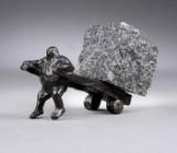 Keld Moseholm. 'Buttet mand med tung lastet trækvogn', skulptur af patineret bronze og granit. (cd)