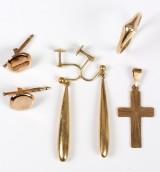Kors, ørehængere, ring m/ diamant samt kraveknapper i guld (6)