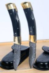 To håndlavede jagtknive med sorte greb i horn, damaceret stålklinger (2)