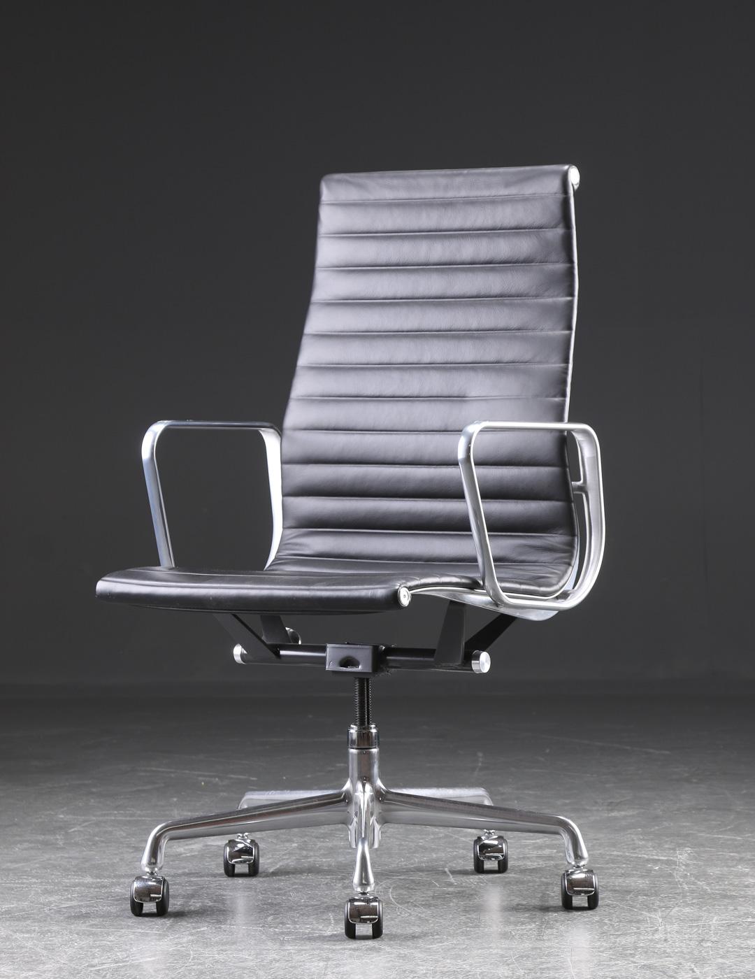 """Charles Eames. Kontorstol fra serien Aluminium Group Konference - Charles Eames 1907-1978. Kontorstol fra serien """"Aluminium Group Konference"""".Stel samt fempasfod af poleret aluminium, sæde og ryg betrukket med sort skind. Drejefunktion samt højdejusterbar. Formgivet i 1958, fremstillet hos Herman Miller...."""