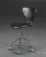 Arne Jacobsen. Kontorstol 'Syveren', sort læder