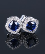 A pair of sapphire and diamond earrings, 14 kt. white gold, sapphire total approx. 0.94 ct. (2)