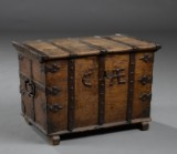 Lille fladlåget barok kiste af egetræ, 1700-tallet