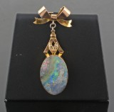 Brooch in 15kt. and 9kt with opal