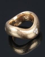 Massiv ring af 14 kt. delvist satineret guld med brillanter