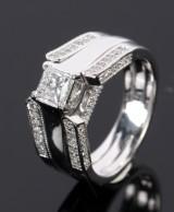 Diamond ring in 14 kt. white gold, princess-cut centre diamond mm, 1.50 ct.