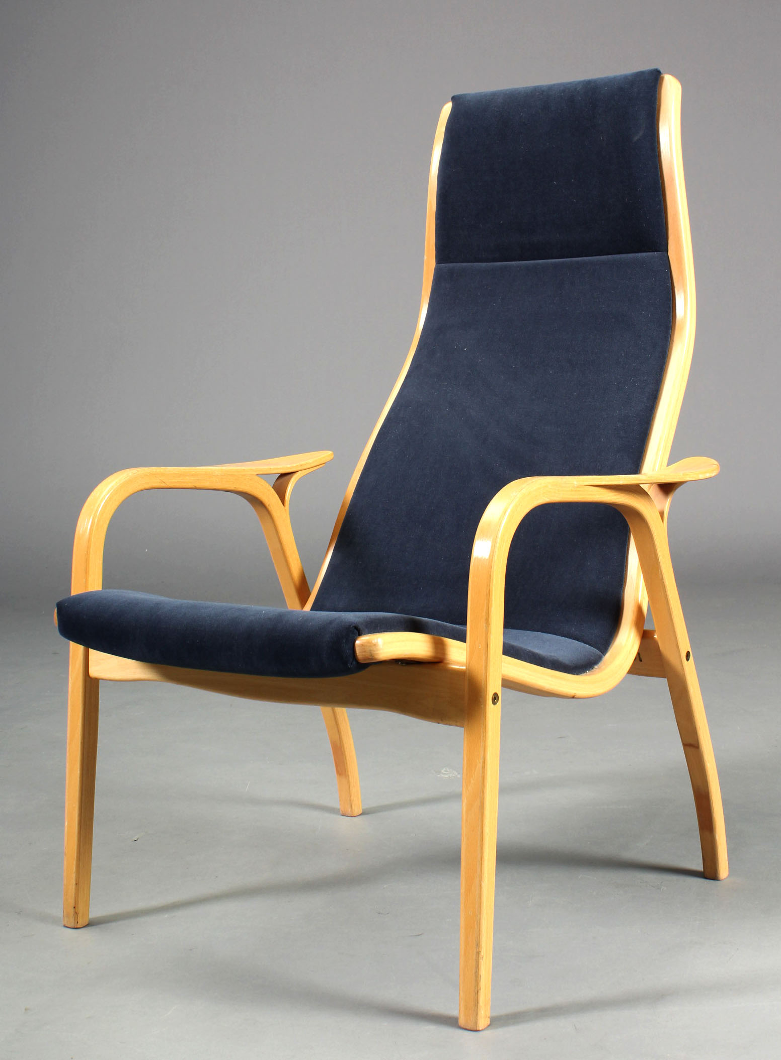 Yngve Ekstrøm/ Swedese. Par højryggede lænestole, model Lamino - Yngve Ekstrøm. Par højryggede lænestole med stel af formbøjet bøgetræ, betrukket med blåt velour. Fremstillet hos Swedese, model Lamino. Fremstår med brugsslitage og mindre pletter på stof