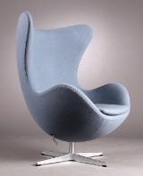 Arne Jacobsen. 'Ægget', model 3319 'Brown Label' år 2015 med vippeanordning, dueblå Tonus uld