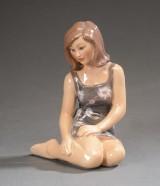 Dahl Jensen. Figur af porcelæn, siddende kvinde 1392