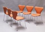 Arne Jacobsen. Et sæt på seks 'Syver' stole med cognacfarvet calvados læder. (6)