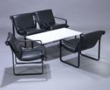 Bruce R. Hannah & Andrew Ivar Morrison for Knoll International. Et sæt på fire lænestole samt sofabord. (5)