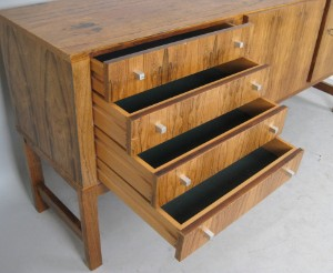 sideboard der 1960 70er jahre in gemasertem holz. Black Bedroom Furniture Sets. Home Design Ideas