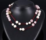 Ole Lynggaard. Kuglelås i 18 kt. blankt rødguld samt kæde med ben- og rosakvartsperler (2)
