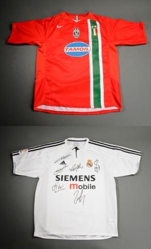 To fodboldtrøjer med autografer. Real Madrid og Juventus 2