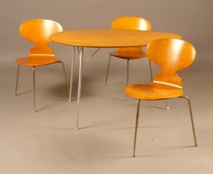 m bel arne jacobsen tisch modell 3603 mit drei st hlen modell 3100 4 dk. Black Bedroom Furniture Sets. Home Design Ideas