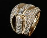 Brillant- og diamantring af 18 kt. guld, i alt ca. 2.50 ct.