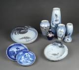 Royal Copenhagen og Bing & Grøndahl. En samling vaser, platter m.m. (10)