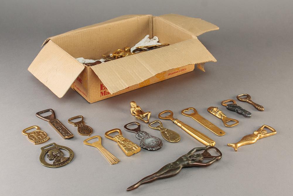 Samling oplukkere - Samling oplukkere i messing og metal i form af: kvinder, figurer, dyr m.m. I blandet stand. I alt ca. 50 stk