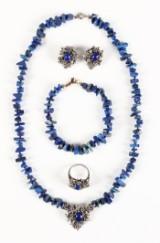 Tommeliden. Halskæde, armbånd, ring og øreklips, sterling sølv, lapis lazuli