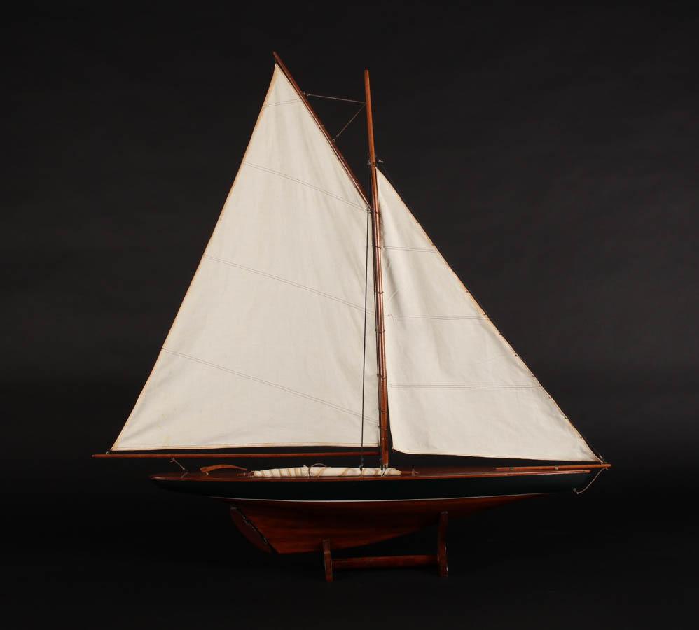 Håndbygget model af sejlskib, lakeret træ - Håndbygget model af sejlskib i lakeret træ, monteret på base af lakeret træ. H. 109 cm, L. 105 cm. Fremstår med almindelig brugsspor