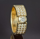 Brilliant-cut diamond ring, 18 kt. gold, larger and smaller diamonds