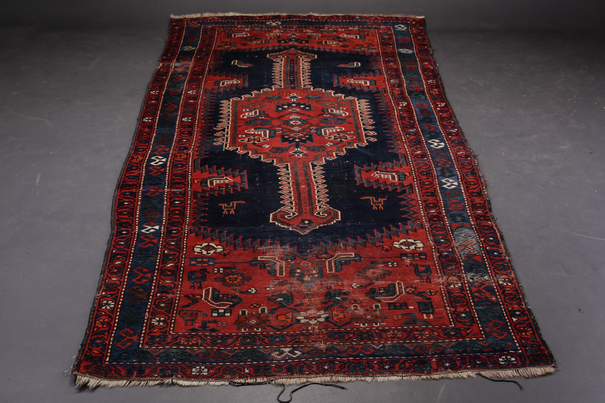 Persisk Kurdi 135 x 312 - Persisk Kurdi, uld på bomuld, 135 x 312 cm. Fremstår med kraftig slitage, slidte frynser