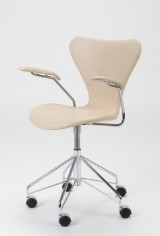 Arne Jacobsen. Office chair, model 3217, pale leather
